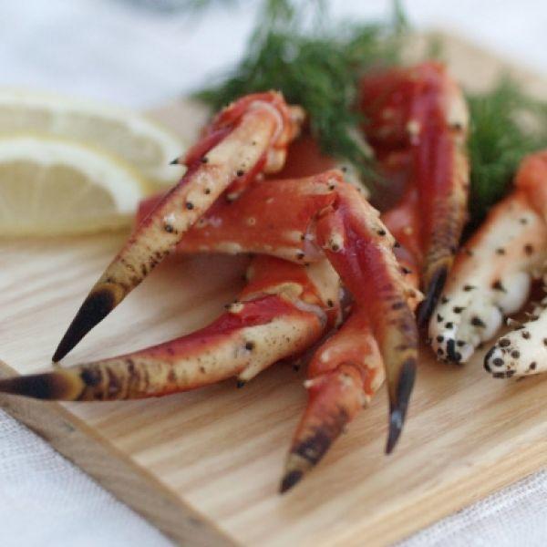 Krabbe med avokado og vineddike på grønne ærter og ingefær